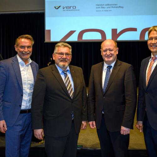 Pressefoto_Gruppe-mit-Minister-Hilbers_Web.jpg